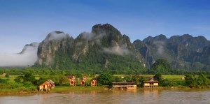 LAOS-Vang-Vien-huts-on-the-river